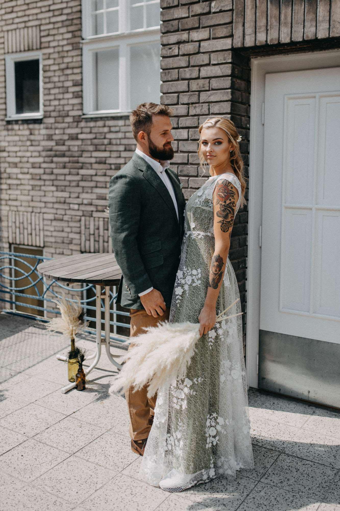 Udržitelné svatební šaty s výraznou krajkou na olivově zeleném podkladu
