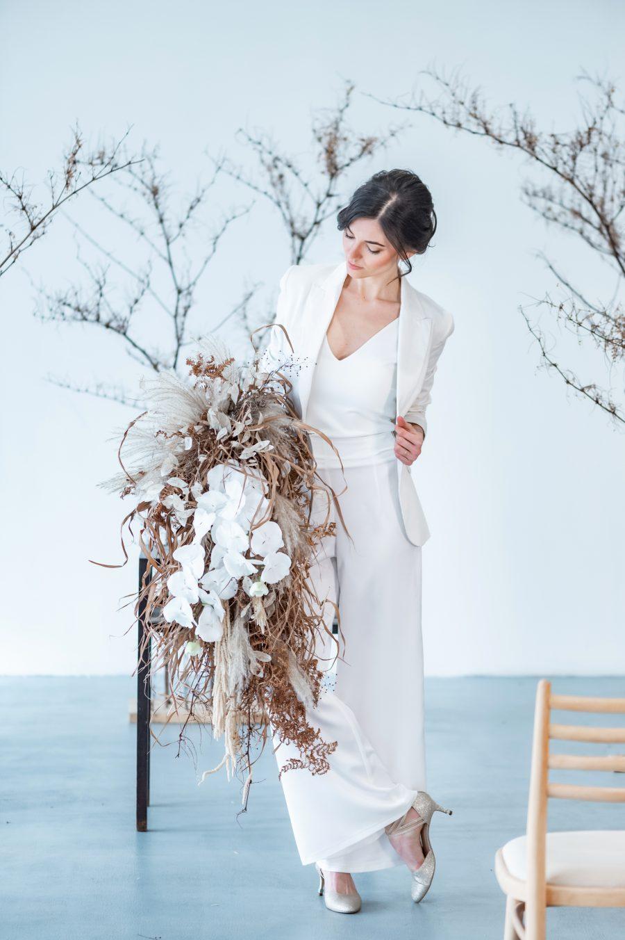 Minimalistický svatební kostým